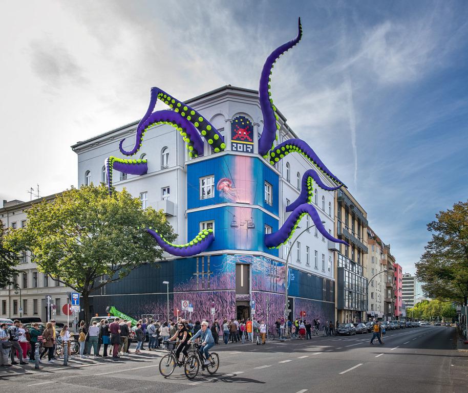 Urban Nation Fassade mit Tentakeln von Dima Rebus