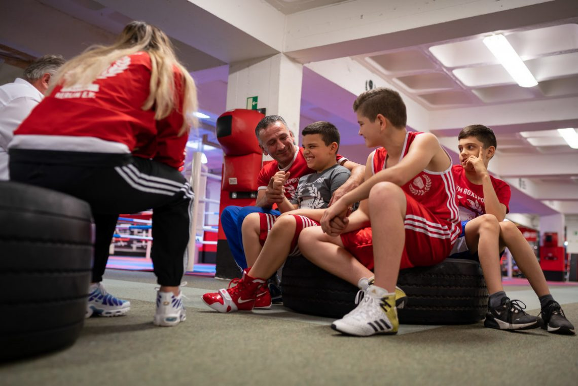 Kinder und Trainer beim Projekt Wir aktiv Boxsport der Stiftung Berliner Leben