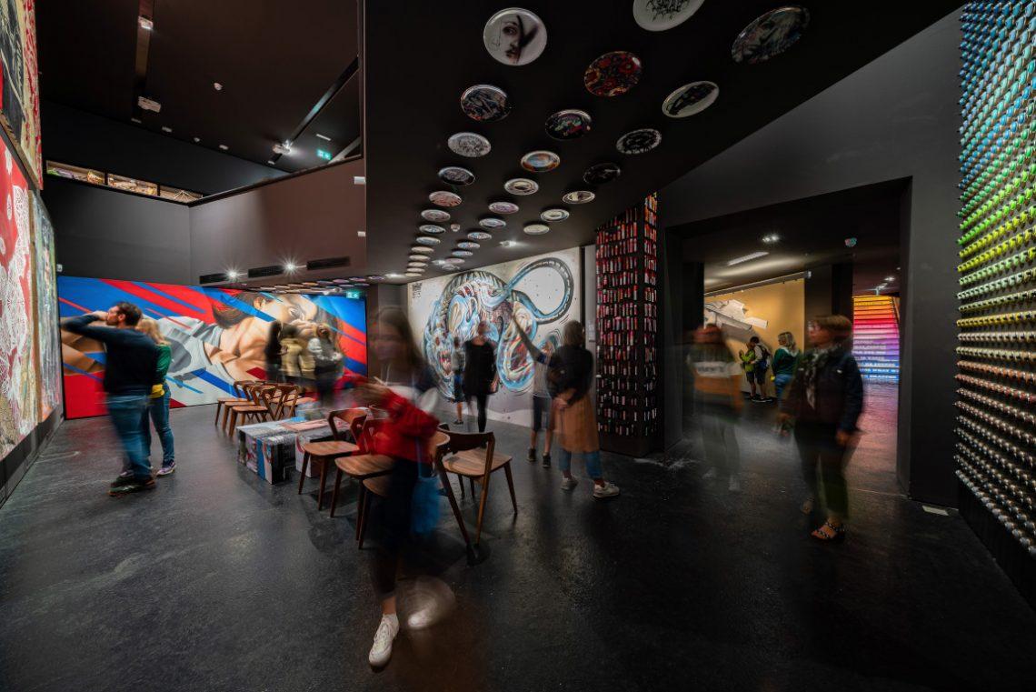 Raum mit großen Kunstwerken der Modernen Kunst bei Urban Nation