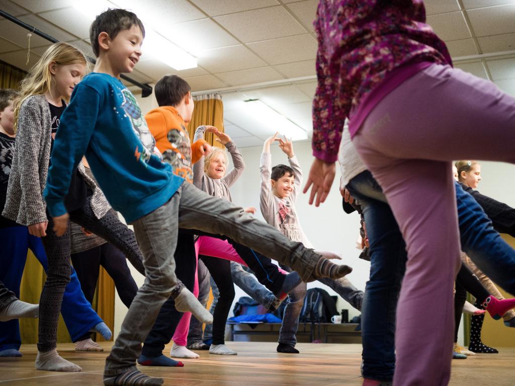 Tanzende Kinder beim Projekt Abenteuer Oper der Stiftung Berliner Leben