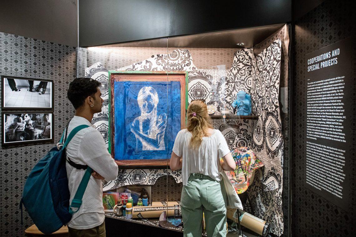 Vitrine mit moderner Kunst im Urban Nation Museum der Stiftung Berliner Leben