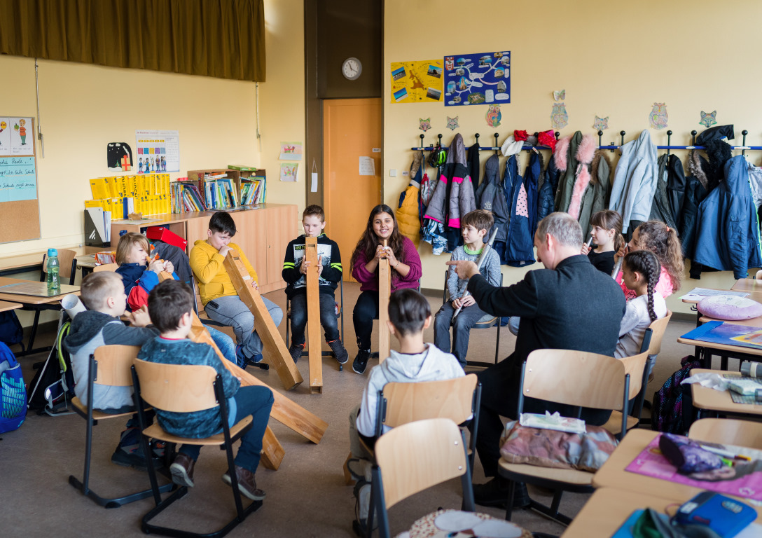 Kinder machen Musik beim Projekt Abenteuer Oper der Stiftung Berliner Leben