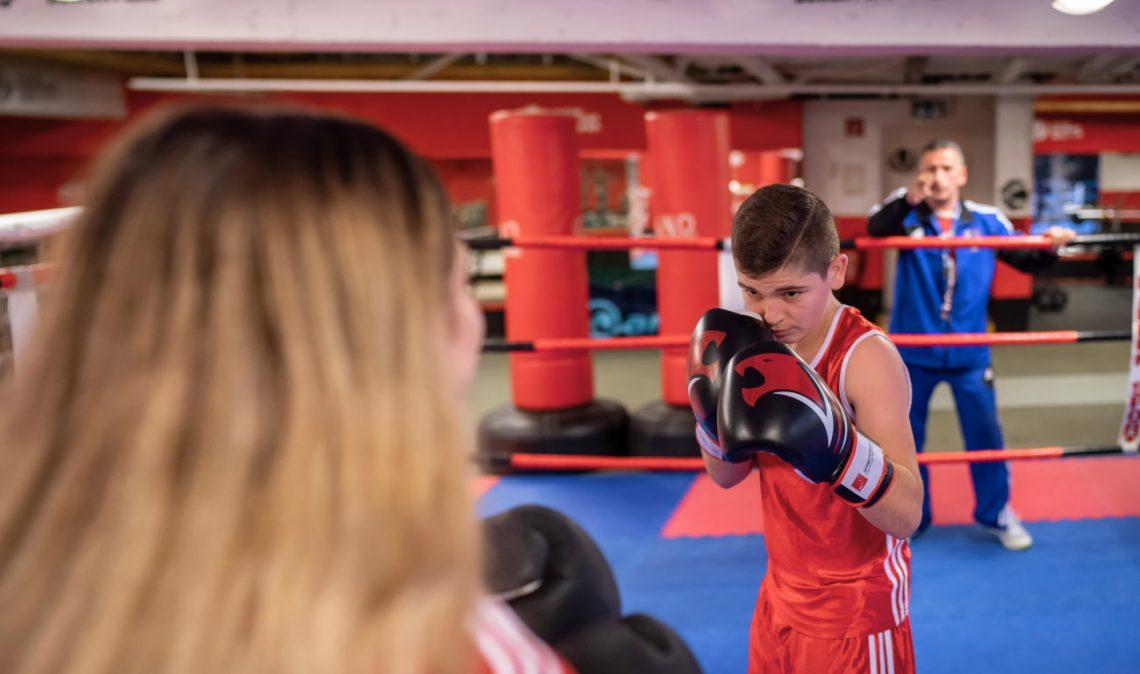 Kinder im Boxring beim Projekt Wir aktiv Boxsport der Stiftung Berliner Leben