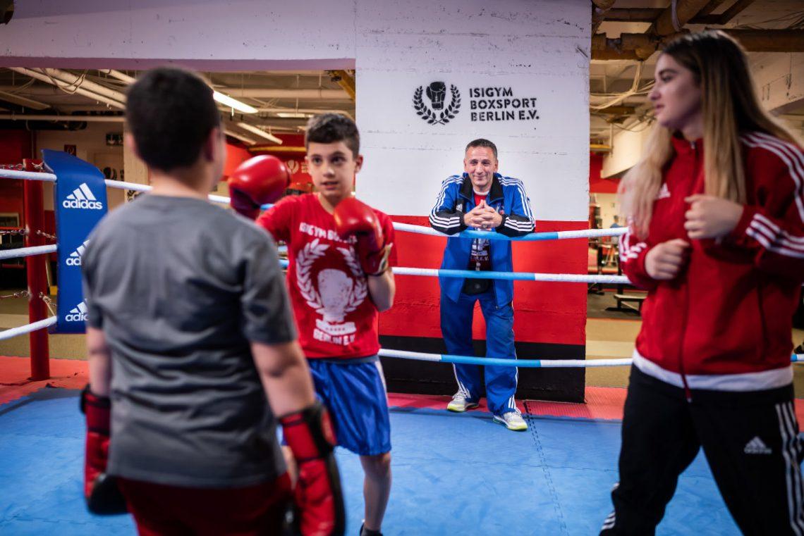 Trainer trainiert Kinder im Boxring beim Projekt Wir aktiv Boxsport der Stiftung Berliner Leben