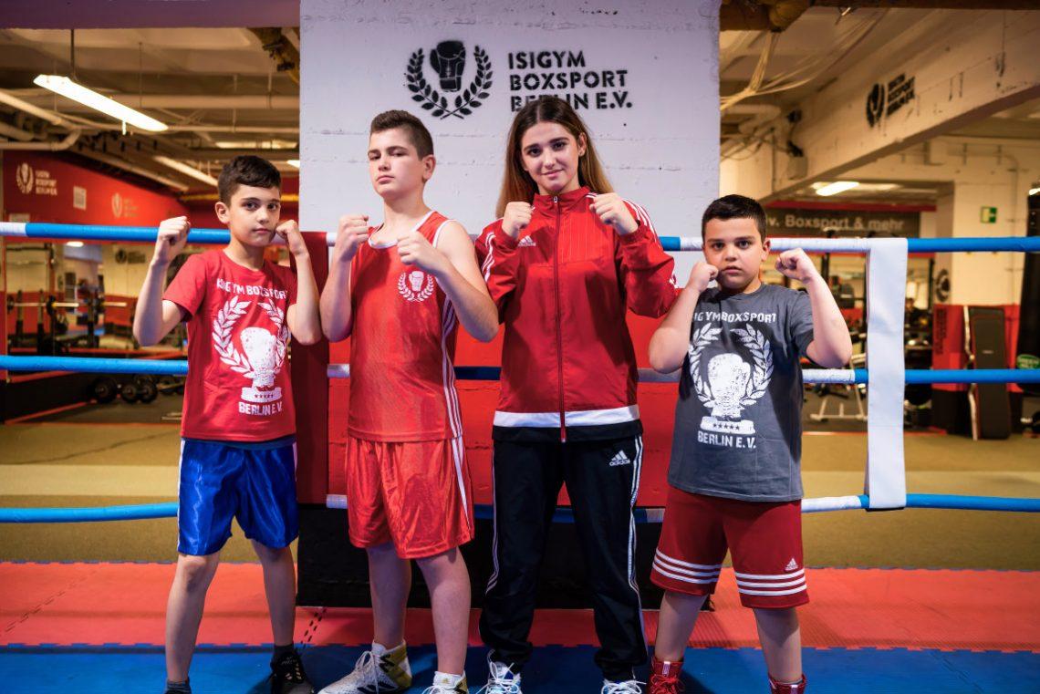 Kinder in Boxer-Pose beim Projekt Wir aktiv. Boxsport der Stiftung Berliner Leben