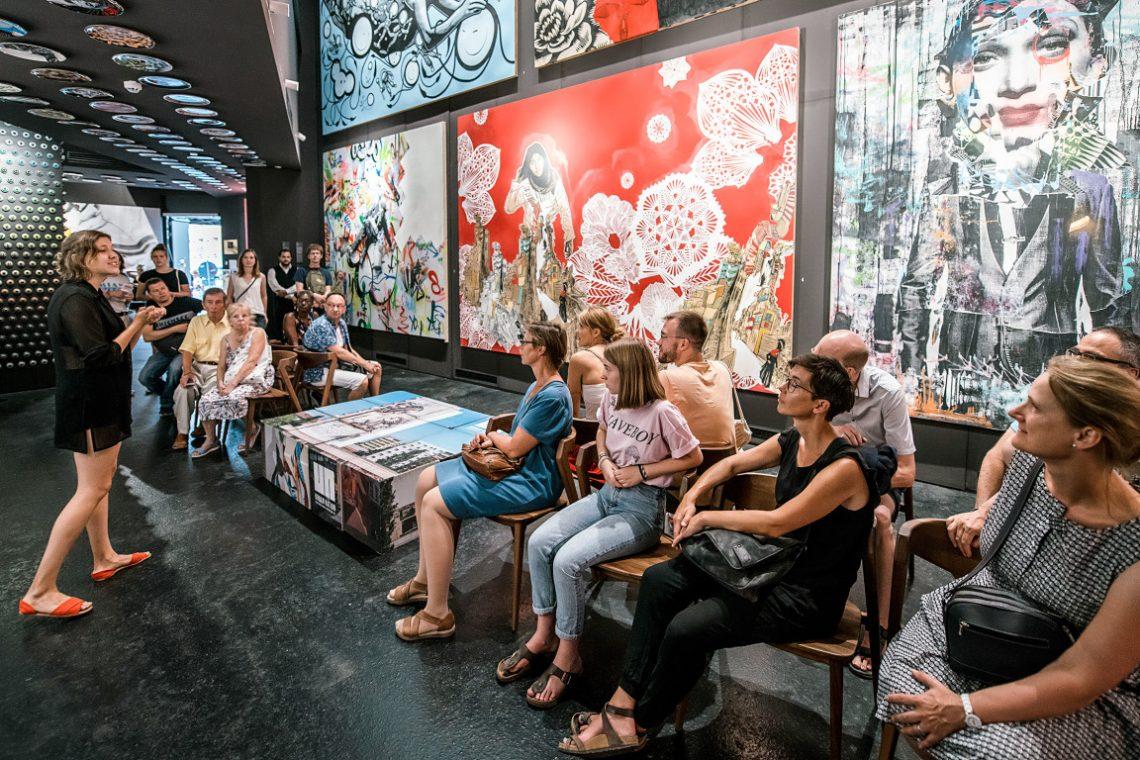 Besucher erhalten Informationen zu zeitgenössischer Kunst bei Urban Nation
