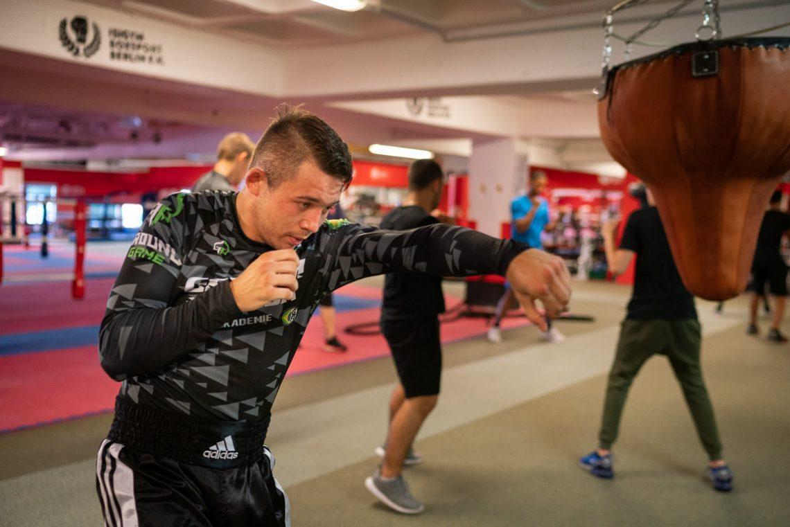 Jugendgruppe trainiert beim Projekt Wir aktiv. Boxsport der Stiftung Berliner Leben