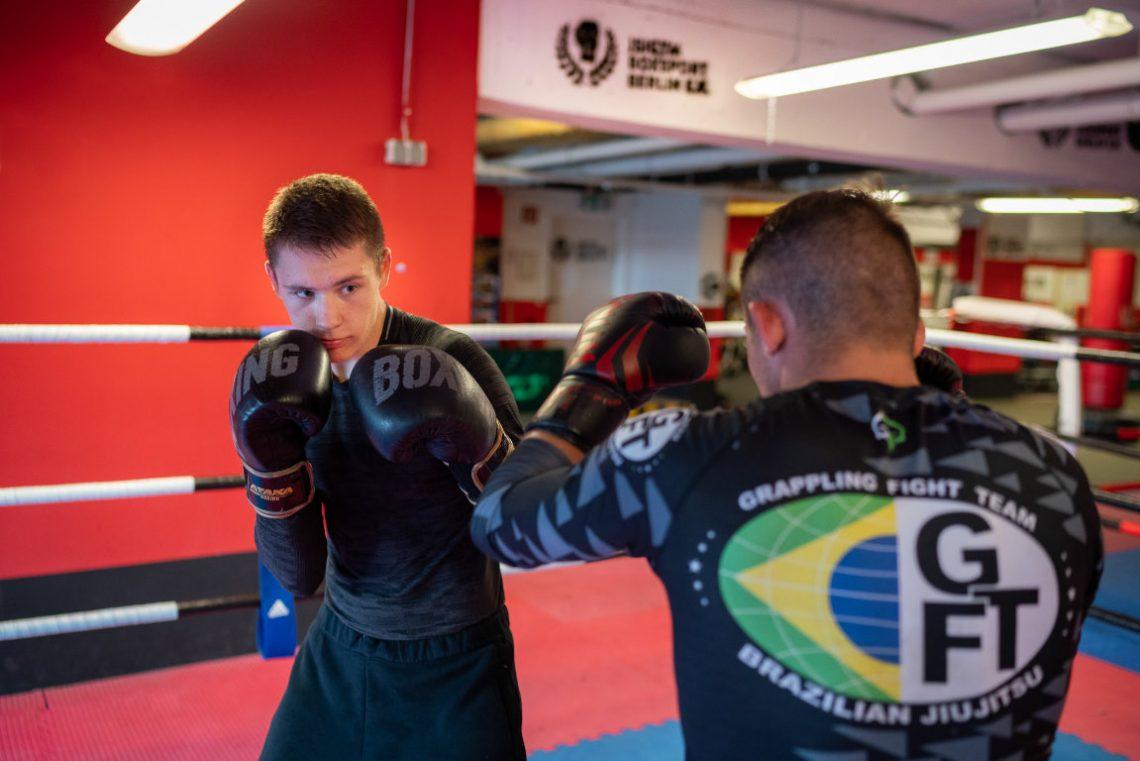 Jugendlich sind im Sparring beim Boxtraining von Wir aktiv. Sport
