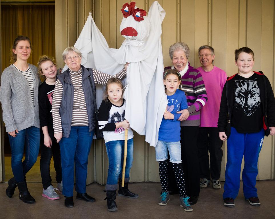 Kinder und Betreuer präsentieren eine Bühnenfigur bei Abenteuer Oper