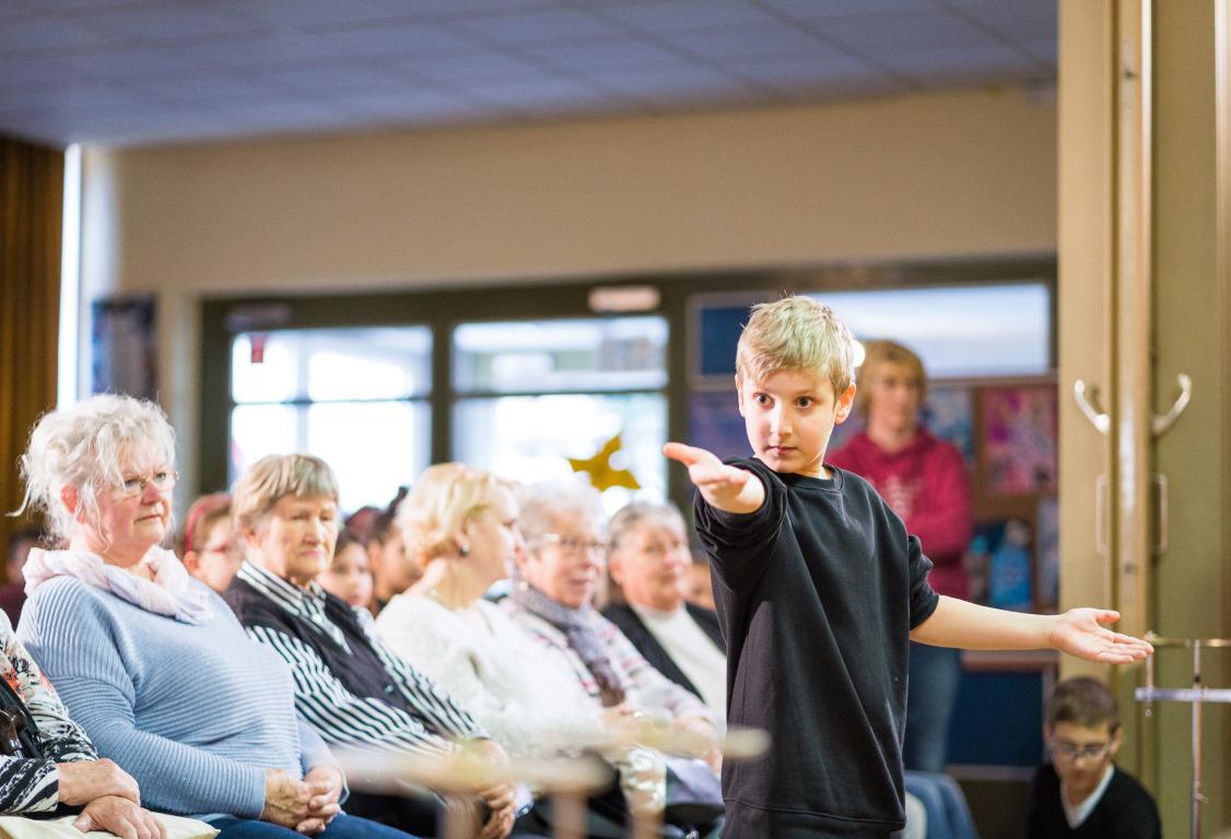 Junge lässt beim Projekt Abenteuer Oper ein Laubblatt fliegen