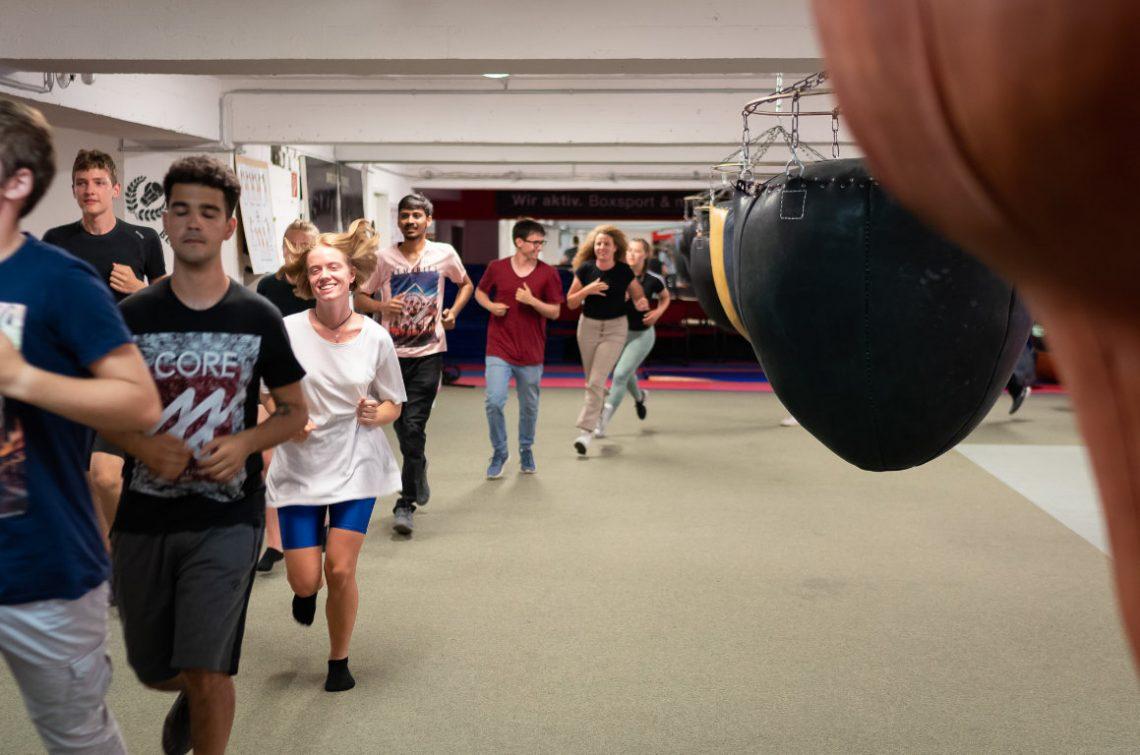 Jugendliche laufen sich bei Wir aktiv. Boxsport warm