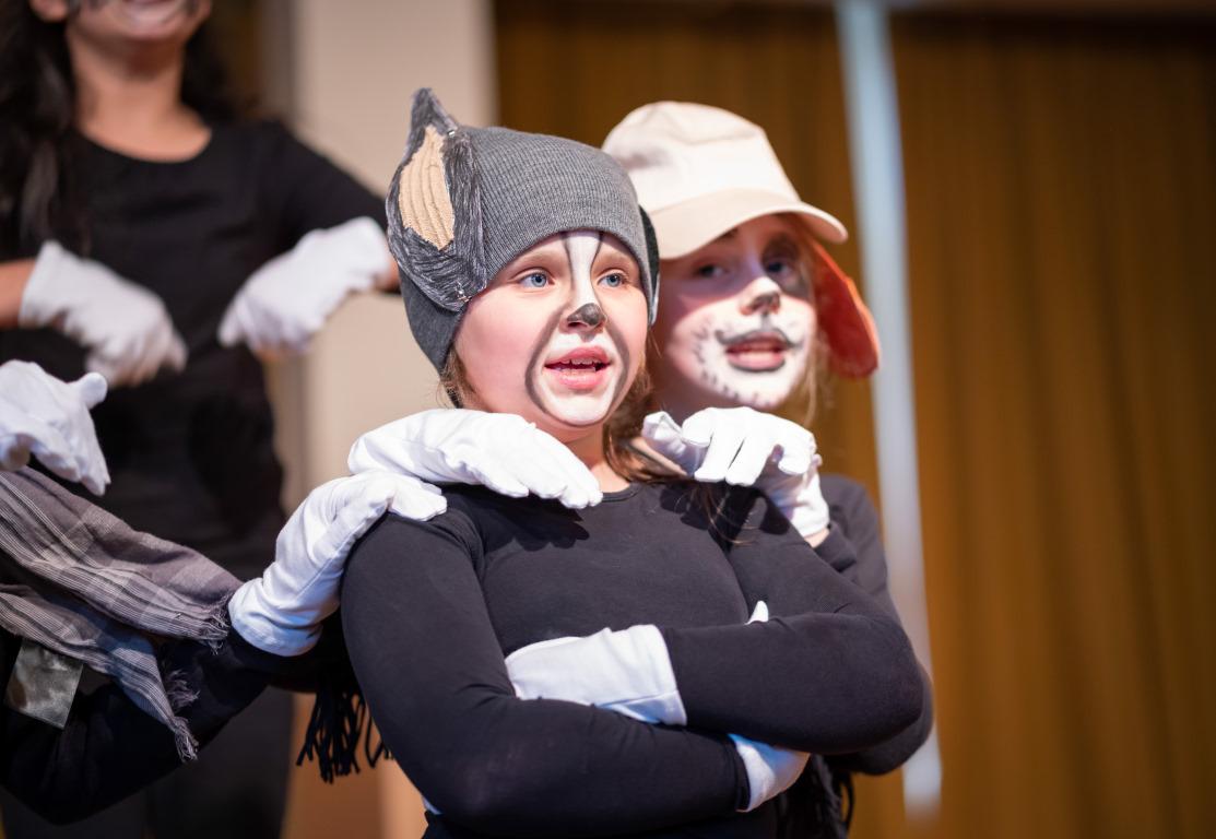 Verkleidete Kinder auf der Bühne bei Abenteuer Oper der Stiftung Berliner Leben