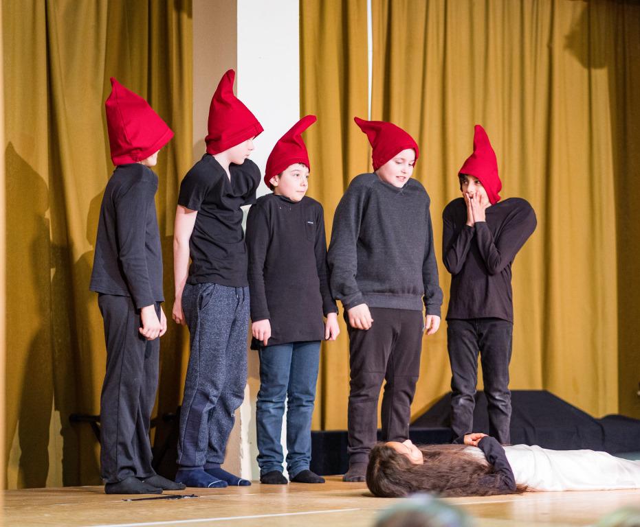Kinder spielen Schneewittchen und die 7 Zwerge bei Abenteuer Oper