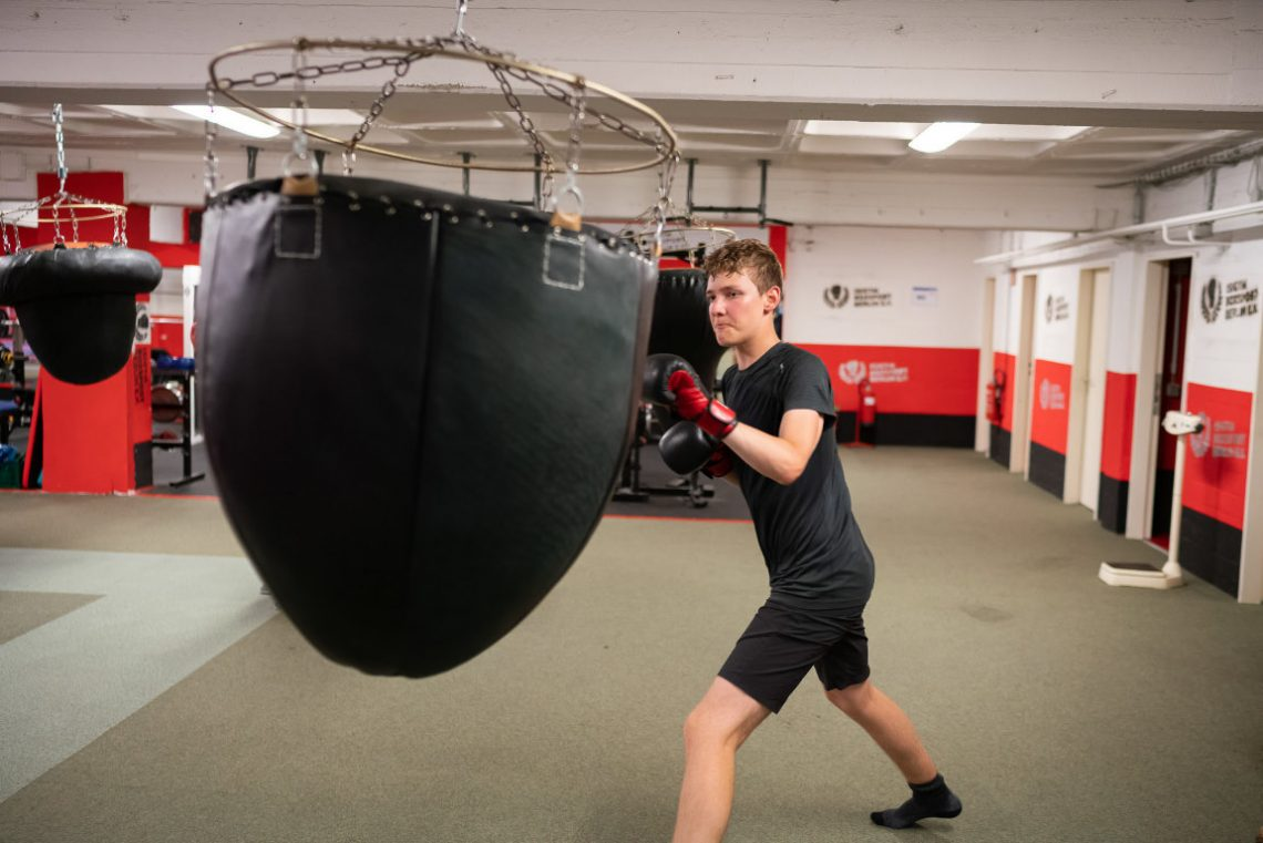 Junge trainiert bei Wir aktiv Boxsport am Sandsack
