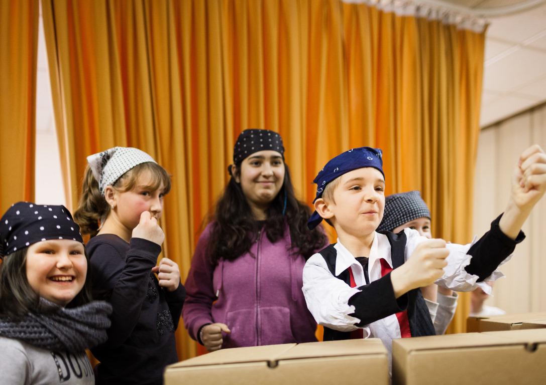 Kinder proben freudig bei Abenteuer Oper der Stiftung Berliner Leben