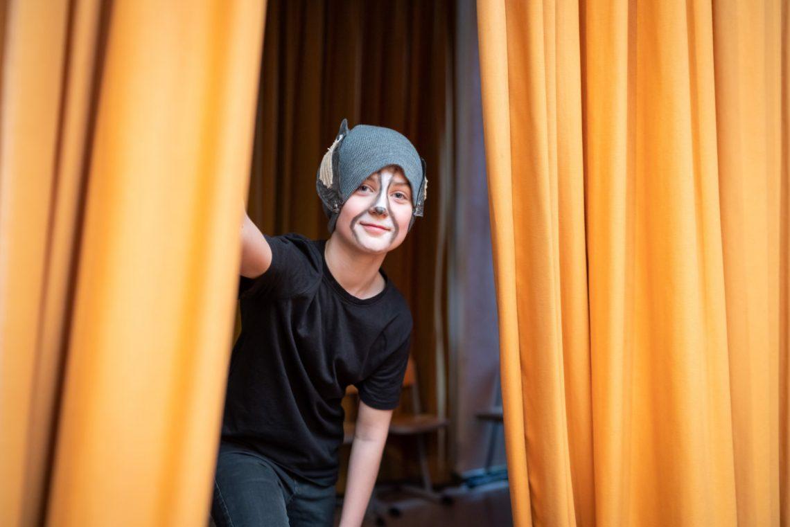 Verkleideter Junge ist auf der Bühne bei Abenteuer Oper