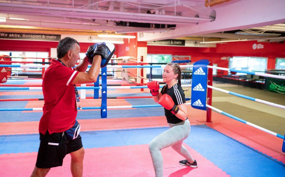 Trainer und Mädchen von Wir aktiv Boxsport trainieren im Ring