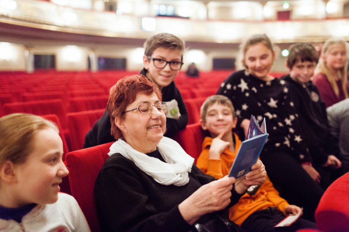 Kinder bei Abenteuer Oper erhalten eine Anleitung vorgelesen