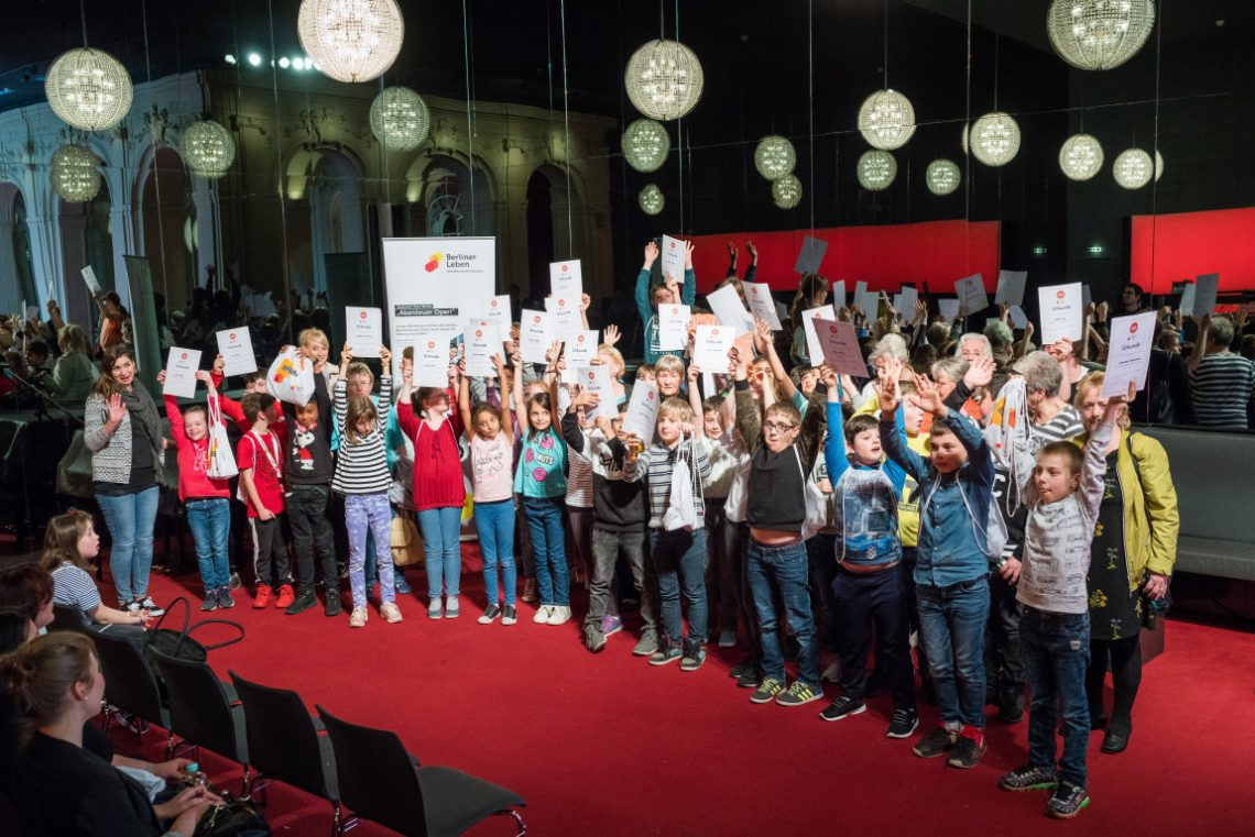 Kinder beim Abschluss des Projekts Abenteuer Oper 77 Zwerge