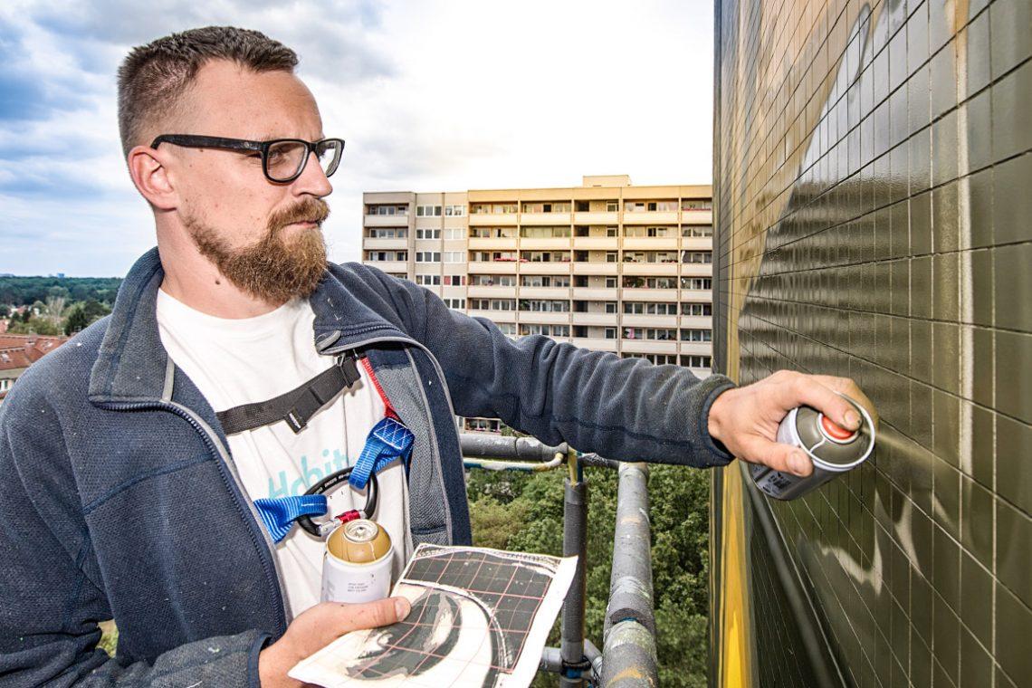 Tankpetrol von Urban Nation besprüht eine Hauswand in Berlin
