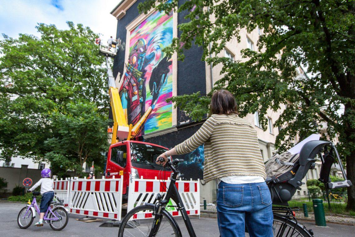 Deih XLF bemalt eine Hauswand der Stiftung Berliner Leben