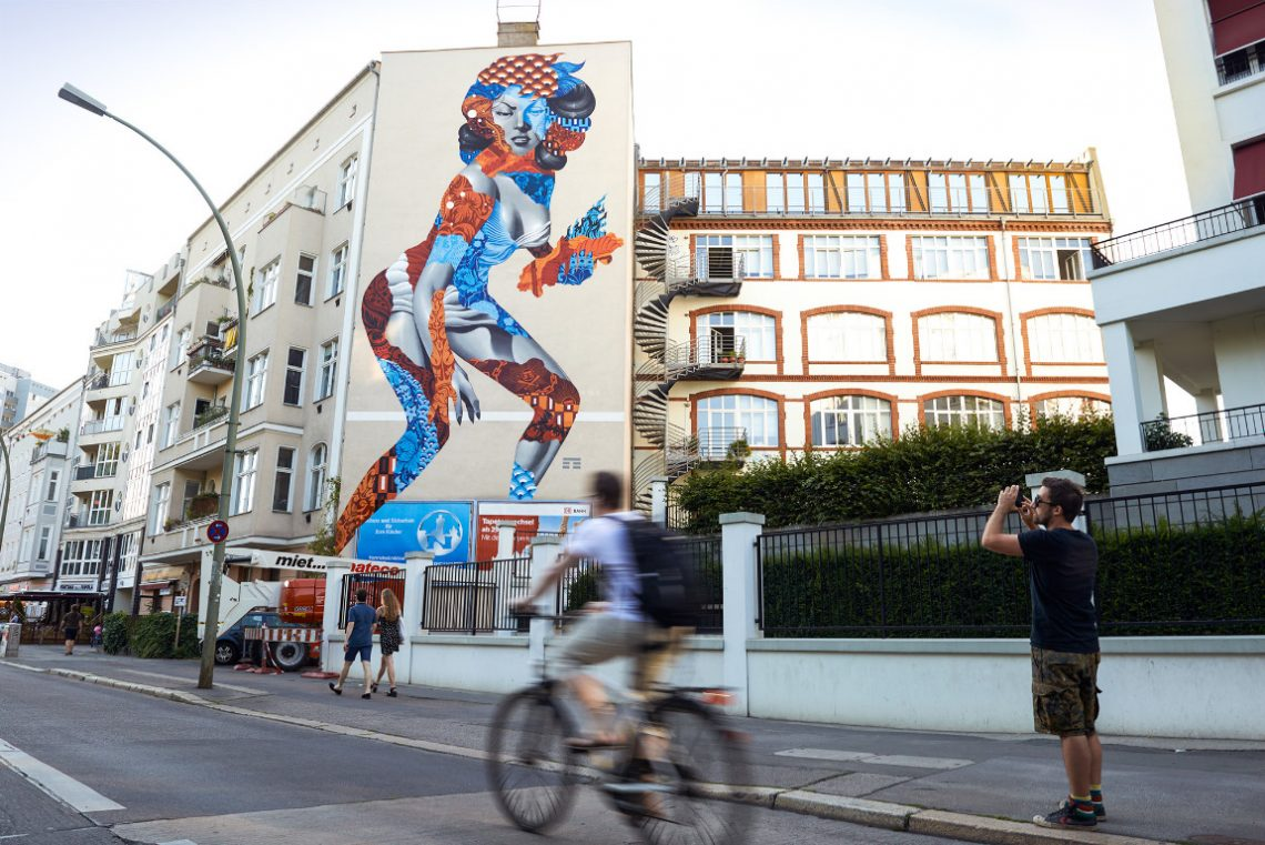 Bild einer Frau an der Seitenfassade eines Wohnhauses der Stiftung Berliner Leben
