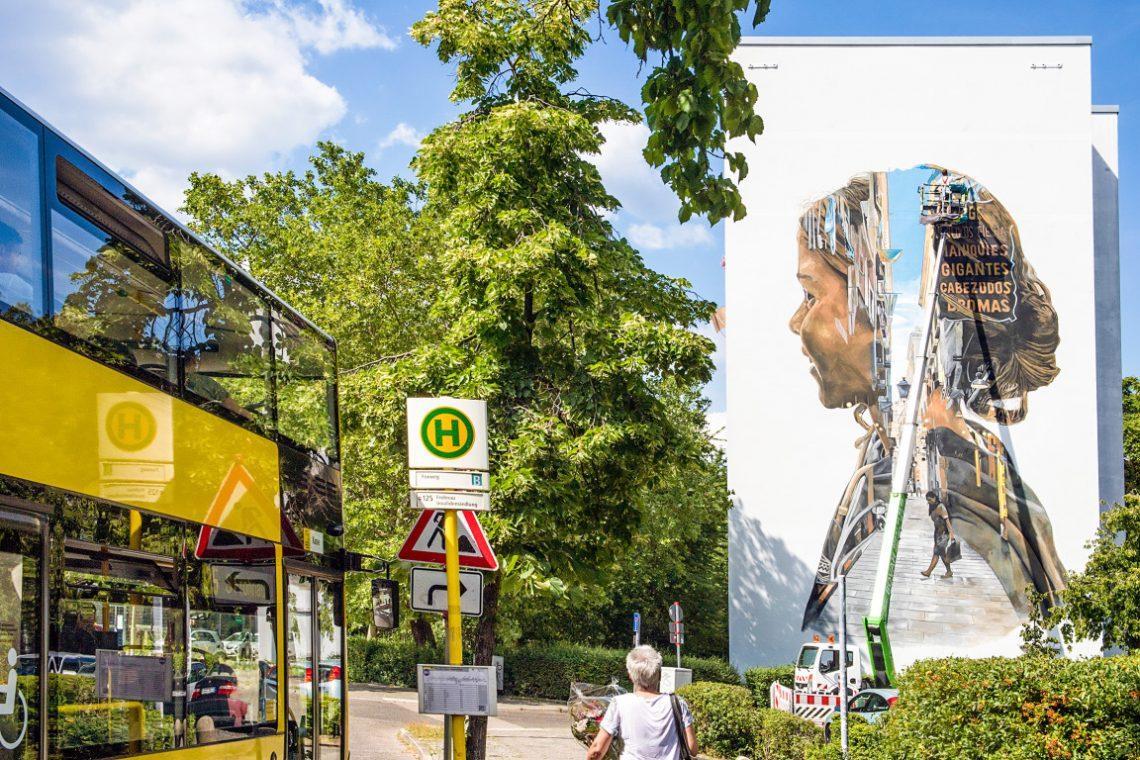 Bild eines Kinderkopfs an der Fassade eine Mehrfamilienhauses der Stiftung Berliner Leben