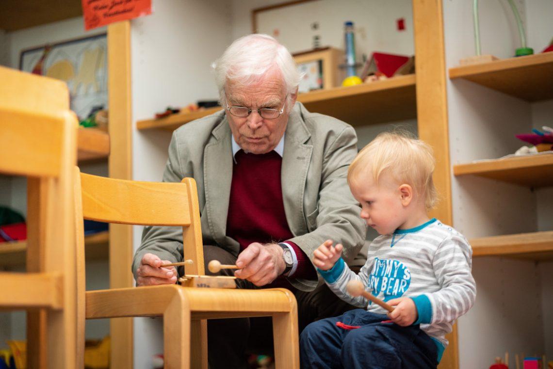 Opa und Kleinkind machen Musik beim Spendenprojekt der Stiftung Berliner Leben