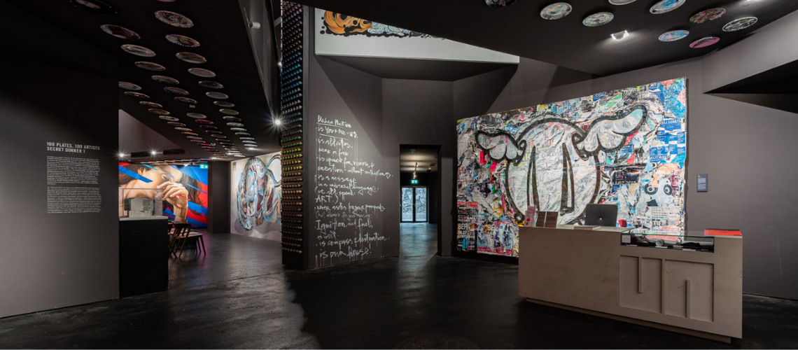 Eingangsbereich mit Kunstwerken bei Urban Nation der Stiftung Berliner Leben