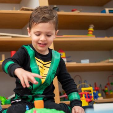 Spielendes Kind beim Inklusionsprojekt von Stiftung Berliner Leben