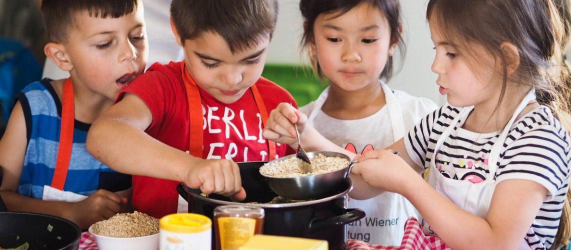 Kinder kochen beim Projekt Gesunde Ernährung der Stiftung Berliner Leben