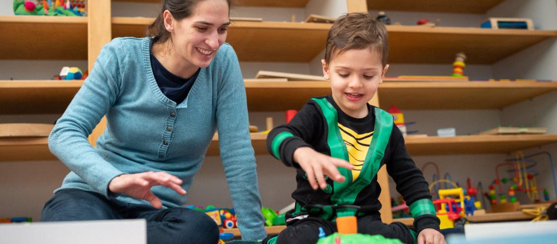 Frau und Kind spielen bei Spiel und Spielzeug für aller der Stiftung Berliner Leben