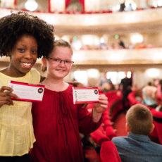 Mädchen mit Opern-Ticket von der Stiftung Berliner Leben