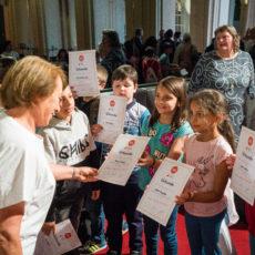 Kinder erhalten Urkunde beim Projekt Abenteuer Oper 77 Zwerge