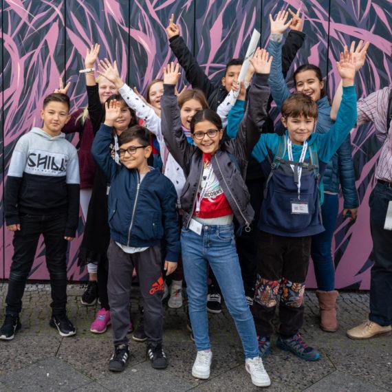Glückliche Kinder beim Graffiti Kurs der Stiftung Berliner Leben