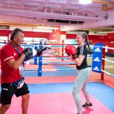Trainer und Mädchen trainieren im Boxring bei Wir aktiv. Boxsport
