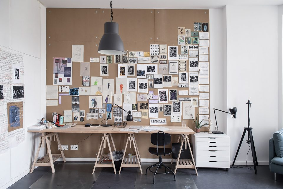 Schreibtisch mit Bildern beim Artist in Residence Stipendium der Stiftung Berliner Leben