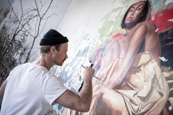 Sebastian Wandl malt ein Bild mit Stipendium der Stiftung Berliner Leben