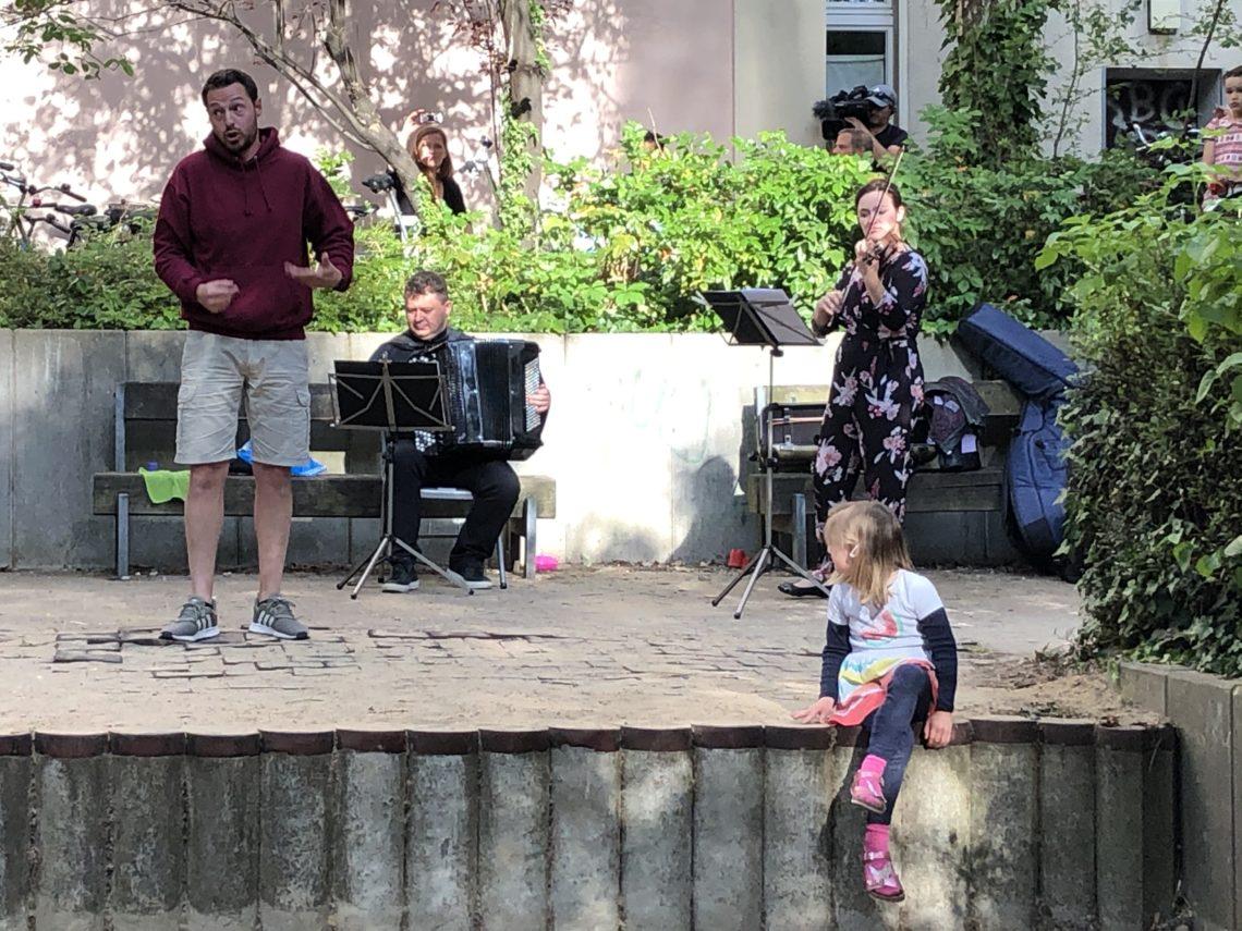 Musikanten spielen Musik bei einem Hofkonzert.