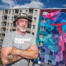 Künstler Stohead vor Wandgemälde