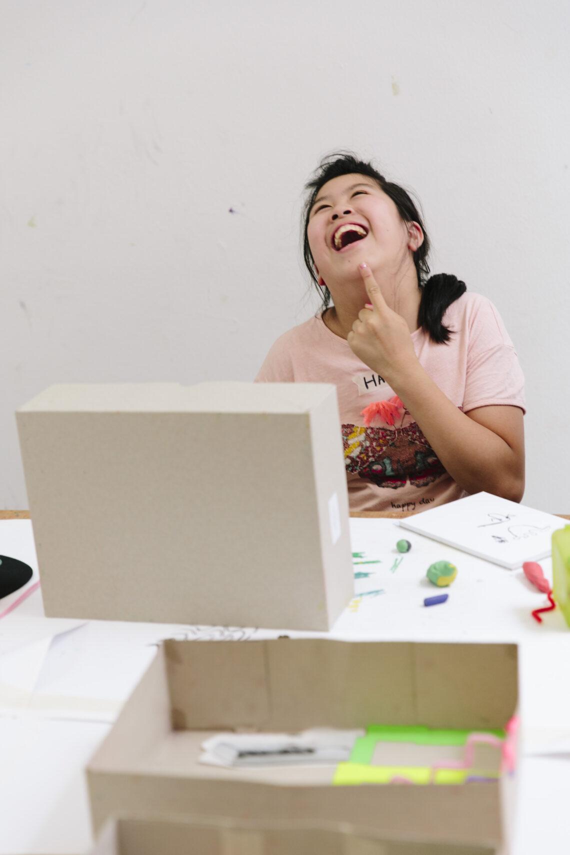 Lachendes Kind beim Basteln